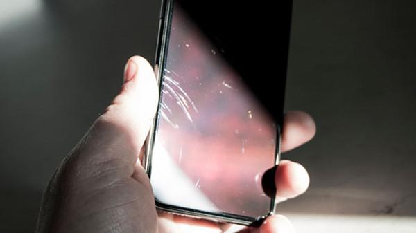 danh-bong-mat-kinh-iphone