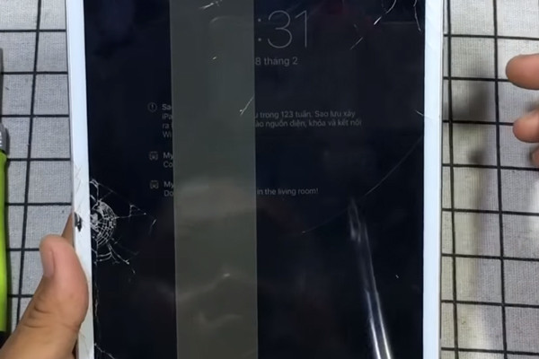 Màn hình iPad bị sọc có cần phải thay không?