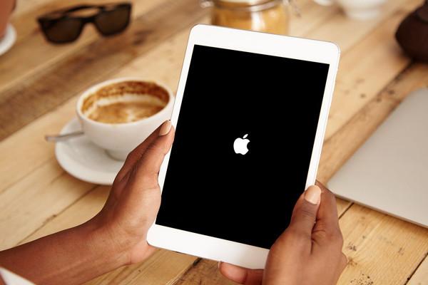Vì sao iPad hết pin tắt nguồn sạc không lên?
