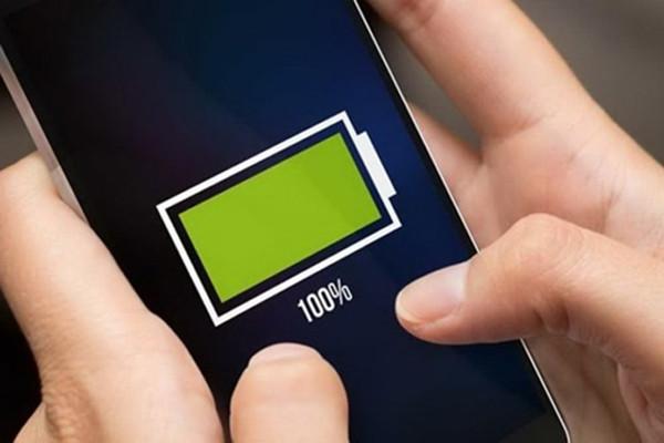 Mua điện thoại mới có cần sạc pin 8 tiếng không?
