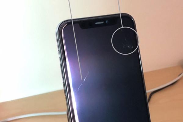 màn hình iPhone 11 với 2 vết xước khá dài