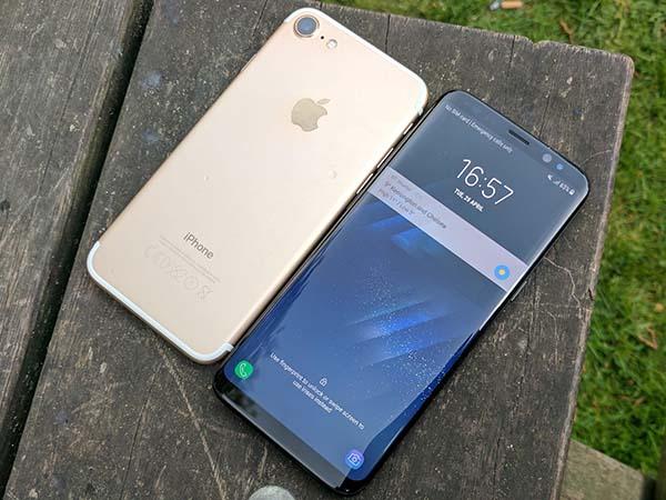 nen-mua-samsung-s8-hay-iphone-7